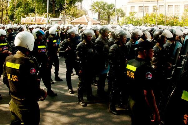 Lisää mellakkapoliiseja Monivong Boulevardilla | Susanna Alatalo | kulkuri.org