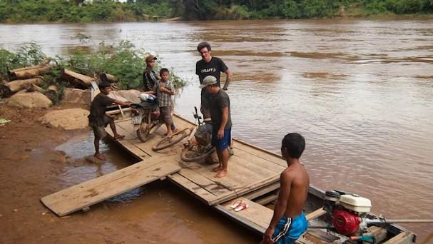 Veneellä tulvivan joen yli | Paul Woollams | Kulkuri.org