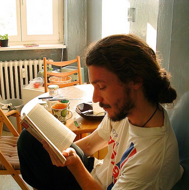 Sebastian lukee Berliinissä päätoimittajan pöydän ääressä | Juha Matias Lehtonen | kulkuri.org