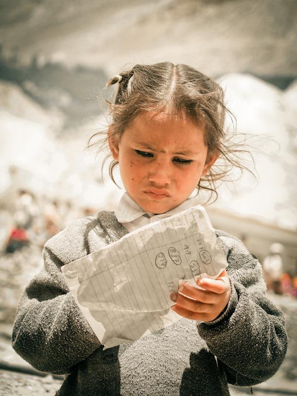 Tyttö lukee paperinpalaa, uusi Terranigma-kuva | Sebastian Buchner | Kulkuri.org