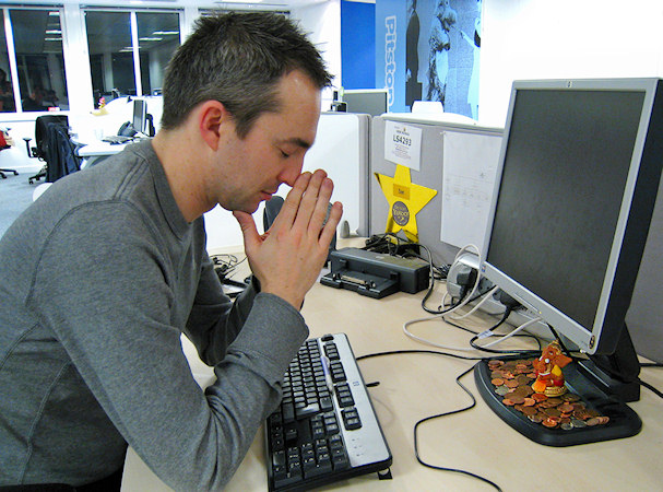 Mies rukoilee vaurautta Ganesha-patsaalta | Anirudh Koul | Kulkuri.org