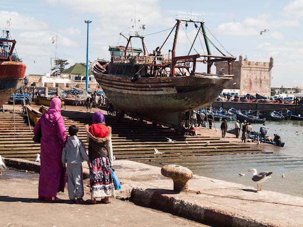 Marokkolainen perhe katselee laivoja Essaouiran satamassa | Sebastian Buchner | Kulkuri.org