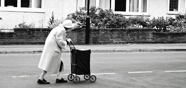 Vanha nainen työntää kärryä. Varoitus: useimmat kulkurileidit eivät samastu tähän hahmoon | public domain | Kulkuri.org
