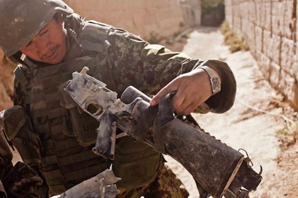Sotilas tutkii rynnäkkökivääriä   © Michael Yon   Kulkuri.org