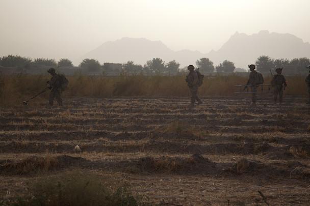 Sotilaat etenevät miinaharavan kanssa pellolla   © Michael Yon   Kulkuri.org