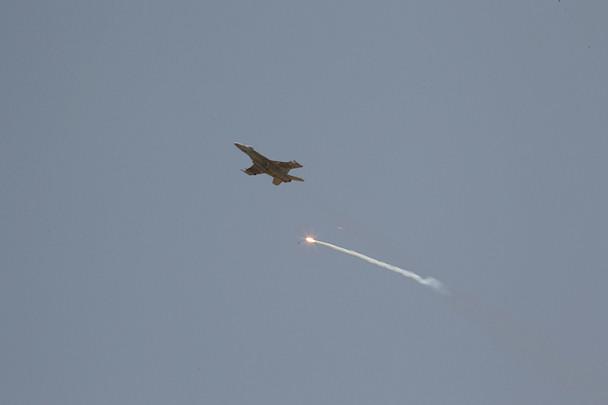 Taliban-taistelijat häiritsevät hävittäjälentokonetta valoraketilla | © Michael Yon | Kulkuri.org