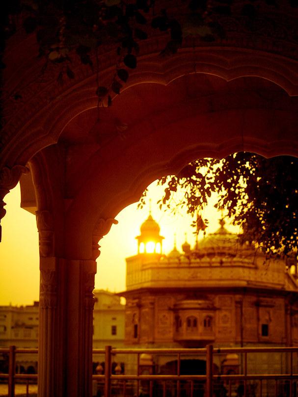 Amritsarin Kultainen temppeli hehkuu laskevan auringon valossa | Sebastian Buchner | Kulkuri.org