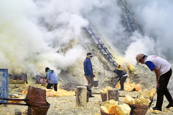 Kaivostyöläiset savun keskellä | Roman Sirokov | kulkuri.org