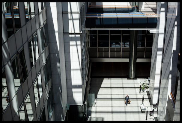 Euroopan autiolla sisäpihalla yksinäinen mies näyttää orvolta   Kristof Vadino   Kulkuri.org
