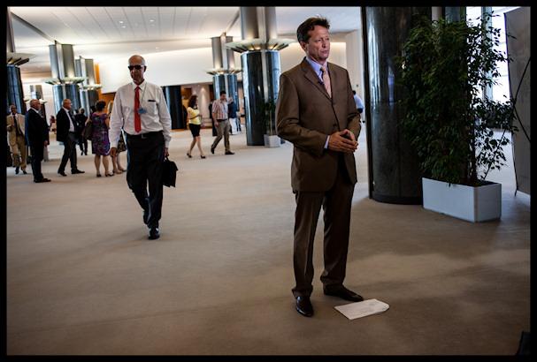 Mies seisoo paikallaan. Eurooppa on hämmentävä paikka   Kristof Vadino   Kulkuri.org