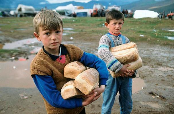 Kosovolaisia lapsia leipiä sylissään | YK | kulkuri.org