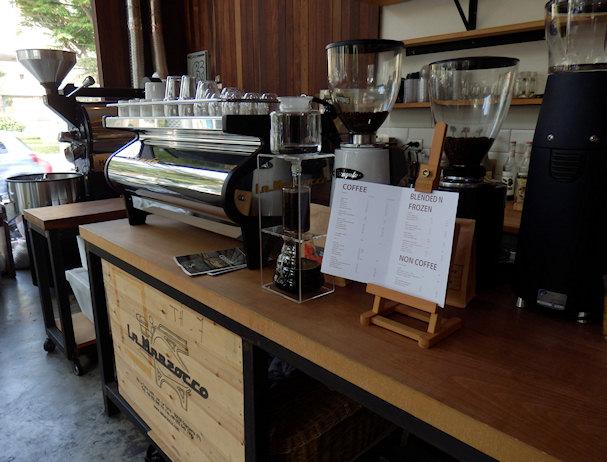Kahvila Pla Dib, Bangkok, tiski ja espressokone | Kulkuri.org