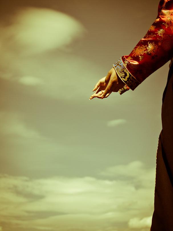 Wieniläinen laulaja kohottaa kätensä kohti taivaita | Sebastian Buchner | Kulkuri.org
