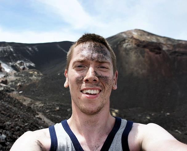 Kolmossivun kulkuri Mads tulivuorilautailemassa, siis laskettelemassa alas tuhkarinnettä | Mads Larsen | kulkuri.org