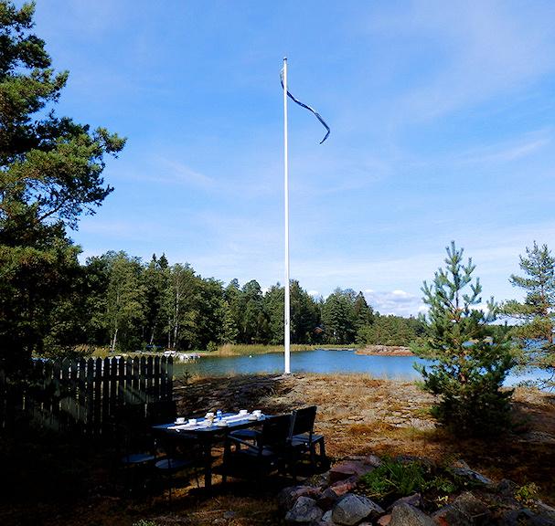 Takaisin kotiin. Isännänviiri liehuu salossa |Maija Kauhanen | kulkuri.org