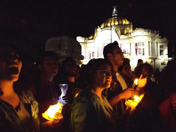 Ayotzinapa-kynttilämielenosoitus Mexico Cityn kaduilla | Fernanda Plancarte | kulkuri.org