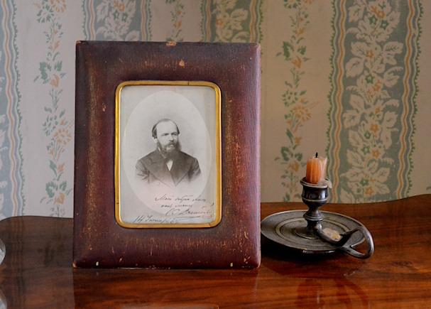 Fjodor Dostojevskin valokuva Anna-vaimon huoneessa | Mikko Brigatjev | kulkuri.org