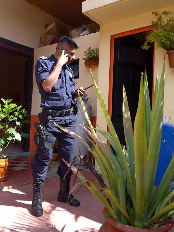 Chiapasin paikallispoliisi, kuvan poliisi ei liity tapaukseen | Juha Matias Lehtonen | kulkuri.org