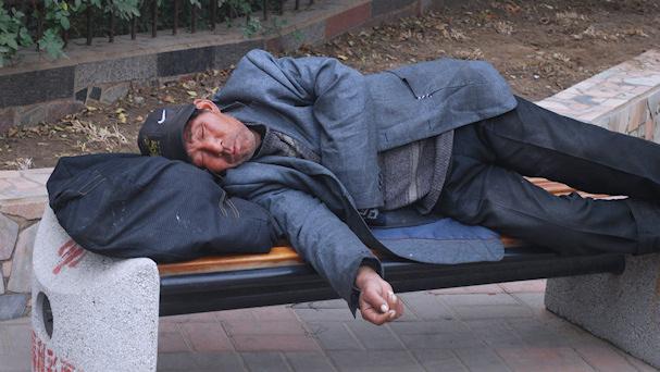 Nukkuminen tien päällä on ihan helppoa | public domain | kulkuri.org