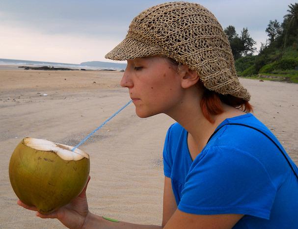 Anna-Kaisalle maistuu kookospähkinä Aasiassa biitsillä | kulkuritarinat.net | kulkuri.org