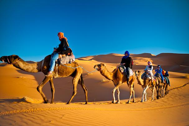 Ivana ja Gianni kamelikaravaanissa Saharassa | Nomadisbeautiful.com | kulkuri.org