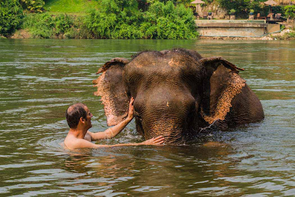 Gianni pesee norsua Thaimaassa | Nomadisbeautiful.com | kulkuri.org