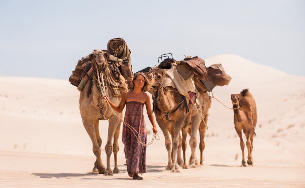 Tracks-elokuvassa Mia Wasikowska matkaa Australian aavikoiden halki kameleiden ja koiran kera  Cinema Mondo   Kulkuri.org