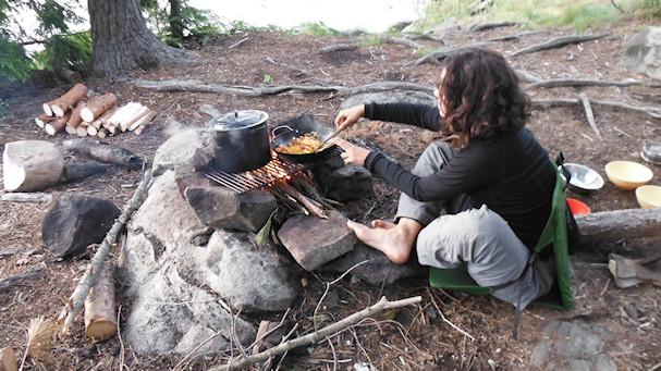 Kolmossivun kulkuri Lina kokkaa leiriruokaa nuotiolla | wealthynomadgirl.com | kulkuri.org