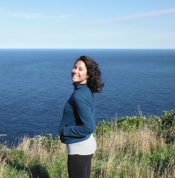 Kolmossivun kulkuri Lina väläyttää hymyn meren rannalla | wealthynomadgirl.com | kulkuri.org