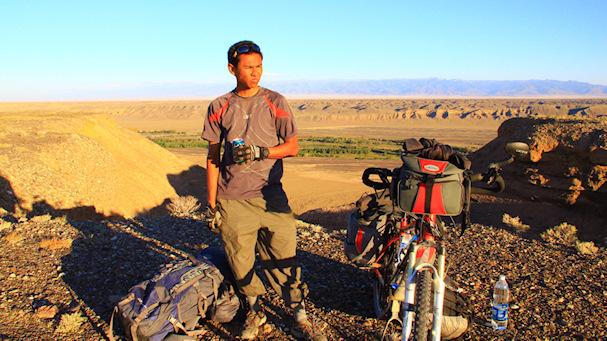 Kolmossivun kulkuri Zaharis nauttii taukojuomaa jossakin päin Keski-Aasiaa | Zaharis.com | Kulkuri.org