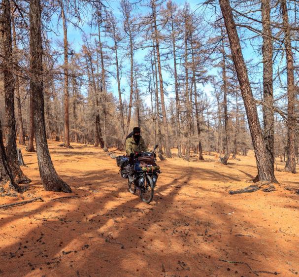 Zaharis pyöräilee metsän halki Mongoliassa | Zaharis.com | Kulkuri.org