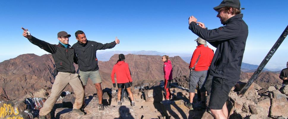 turisteja ottamassa turistikuvia - lee kasemets - kulkuri.org