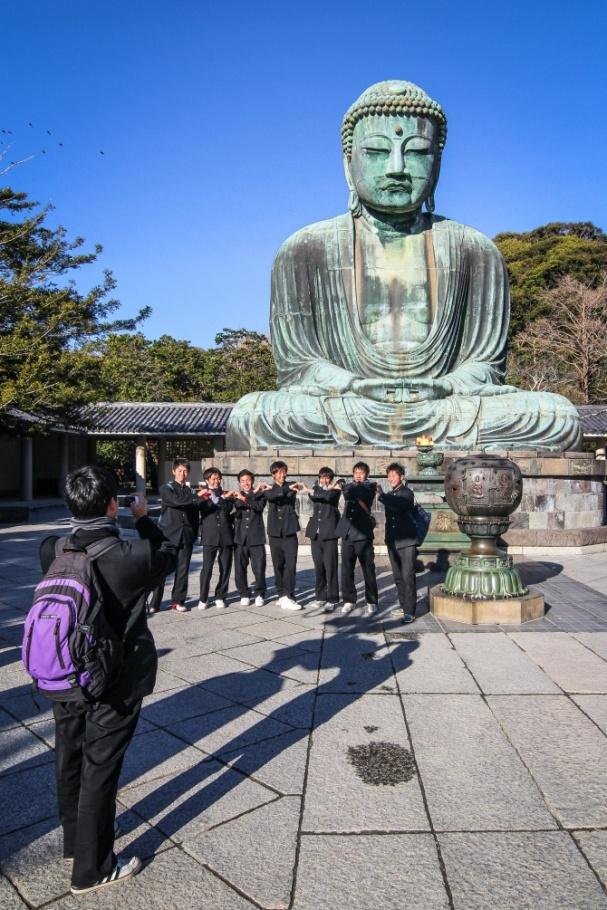 poseeraajia buddha-patsaan edessä - lee kasemets