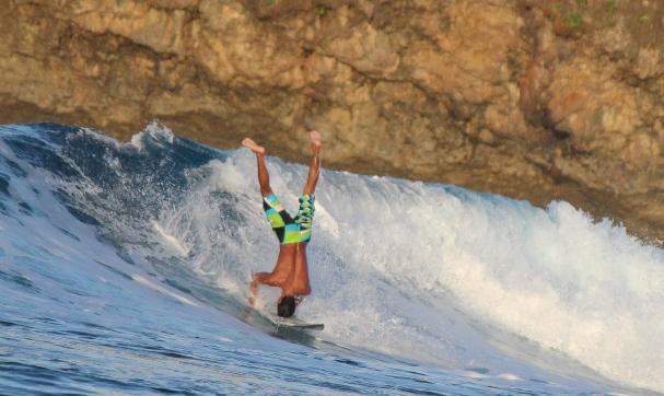 Surffausta päällä seisten Siargaon laineparatiisissa - Lee Kasemets - kulkuri.org