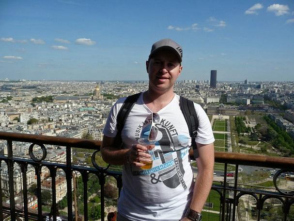 Chris Eiffel-tornin päällä oluella - The Aussie Nomad - Kulkuri.org