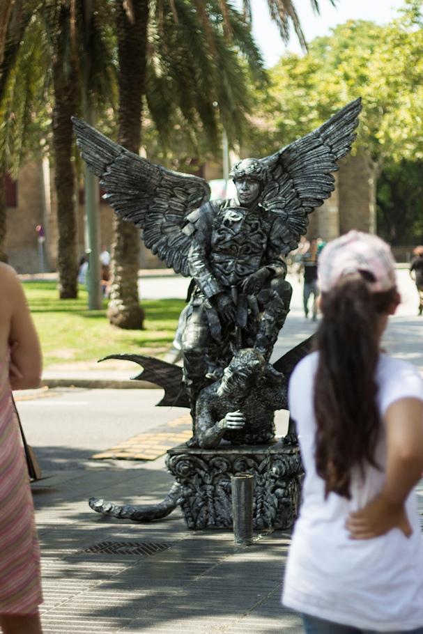 Ihmiset ihailevat elävää patsasta La Ramblalla - Saana Heinänen - Kulkuri.org