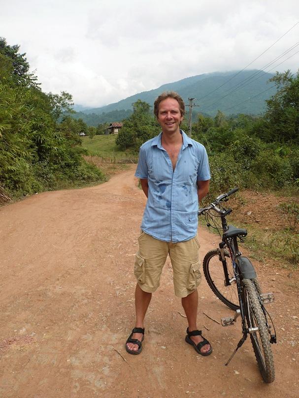 Hollantilainen kulkuri Merijn polkupyörineen Laosissa - Kulkuri.org