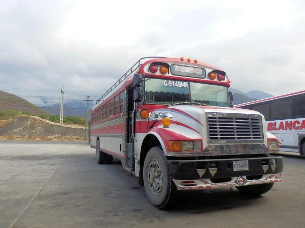Linja-auto Cobánin ja Guatemala Cityn välillä kulkee ylänköjen halki