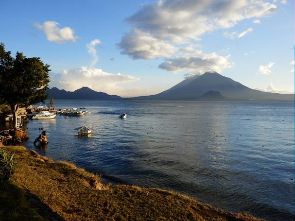 Atitlan-järvi on seesteisen kaunis matkakohde
