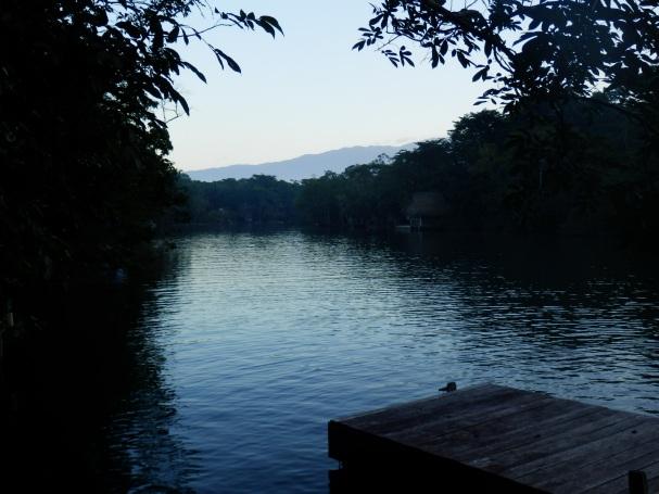 Saunan jälkeen laiturilta jokeen uimaan