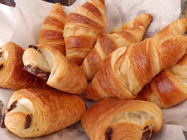Croissantteja Berliinin Leuchtstoff-kahvilasta - Maija Kauhanen
