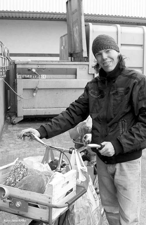 Miten elää ilman rahaa - kuvassa kirjailija Tomi Astikainen - Into Kustannus